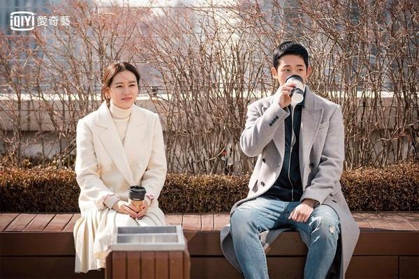 丁海寅与孙艺珍合作新戏《经常请吃饭的漂亮姐姐》将于3月底与大家见面。(爱奇艺台湾站提供)