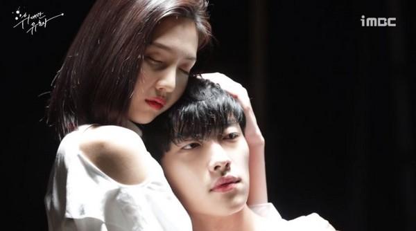 ▲Joy《偉大的誘惑者》大方讓男主躺胸前。(圖/翻攝自MBC)
