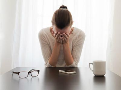 反應慢怕說錯話!鈴聲響就焦慮、講手機超緊繃的「電話恐懼症」