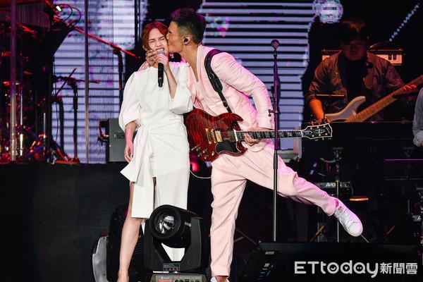 杨丞琳认想婚了! 被李荣浩一亲「18年首次想当平凡人」