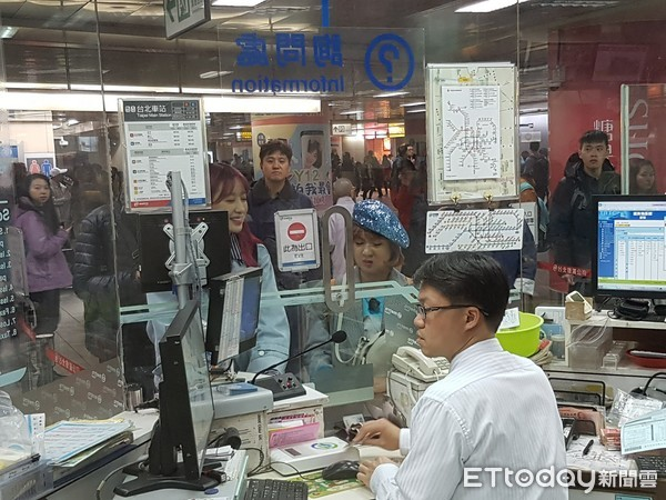 ▲▼EXID成員哈妮(Hani)在台北搭捷運。(圖/記者蕭采薇攝)