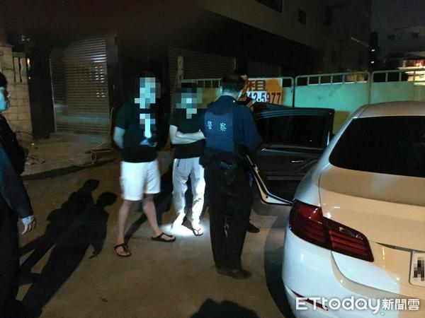 ▲▼年輕人開寶馬販毒,因形跡可疑遭到五甲派出所警員攔查。(圖/警方提供)
