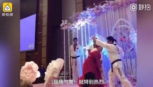 ▲▼超狂新娘表演劈木板 全場笑翻!(圖/翻攝自梨視頻秒拍)