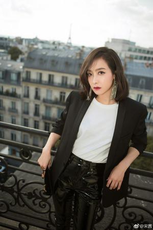 ▲宋茜出道8年推出首張個人專輯《VICTORIA》。(圖/翻攝自宋茜微博)