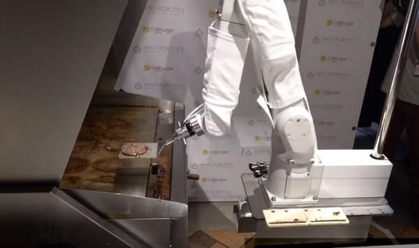 ▲漢堡製作機器人上工第一天就遭關機。(圖/取自YouTube/USA TODAY)