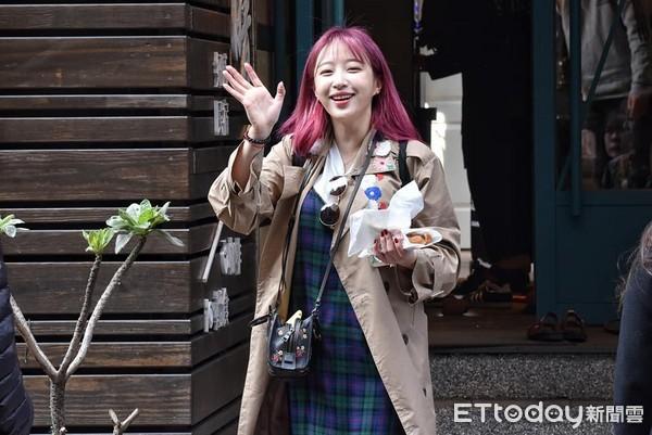 ▲▼ 韓綜藝節目《窮遊豪華團》來台拍攝外景,哈妮、鄭俊英走出民宿。(圖/記者蕭采薇攝)