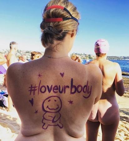 ▲▼1600名「紫色裸男女」現身雪梨港,游泳募得270萬助腦癌患者。(圖/翻攝自臉書/The Sydney Skinny)