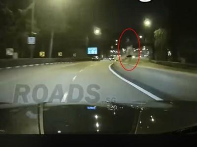 新加坡公路撞鬼!180cm「白裙女」踮站護欄 駕駛飆速不敢停