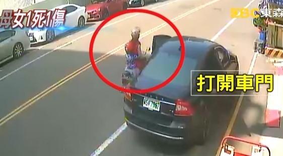 ▲自小客駕駛突開車門,害騎機車母女1死1重傷。(圖/翻攝東森新聞)