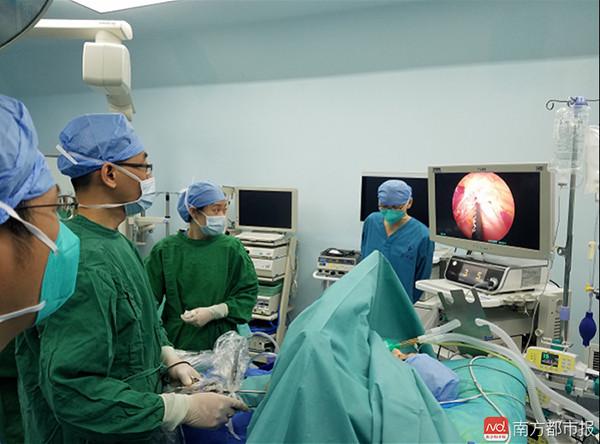 ▲▼醫生們為小敏進行左心交感神經切除術。(圖/翻攝自南方都市報)