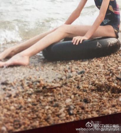 ▲楊冪爸爸曾把她13歲的長腿照放上網,強調美腿絕對無P純天然。(圖/取自微博)