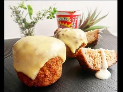 泡麵沾粉炸→起司漢堡!超高熱量垃圾食物吃一口就能升天~