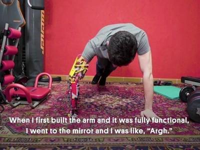 缺手就自己做!獨臂少年拼「樂高義肢」 電力驅動還能伏地挺身