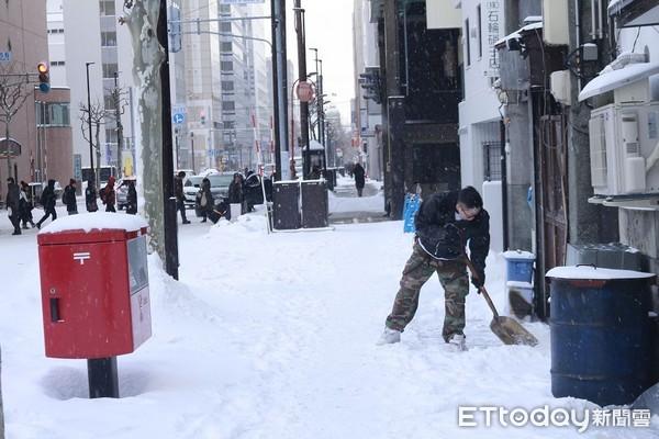 ▲▼北海道札幌下雪,日本路面積雪,日本大雪,路面結冰,日本下雪,路邊積雪,除雪。。(圖/記者蔡玟君攝)