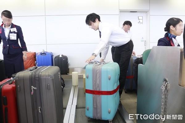 ▲▼托運行李,行李托運,超重,行李箱,行李磅秤,行李超重,行李條,地勤,打包行李。(圖/記者蔡玟君攝)