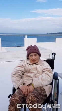 ▲▼從小被虐!她永遠記得「無血緣阿嬤」照顧 推輪椅看海告白。(圖/陳安安提供)