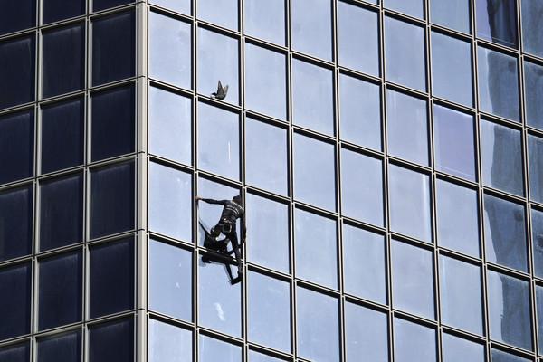 ▲▼有著「法國蜘蛛人」之稱的攀爬高手羅伯特(Alain Robert)。(圖/達志影像/美聯社)