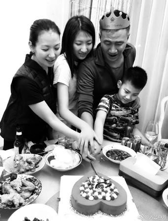 ▲胡軍慶生一家人甜蜜出遊。(圖/翻攝自盧芳維博)