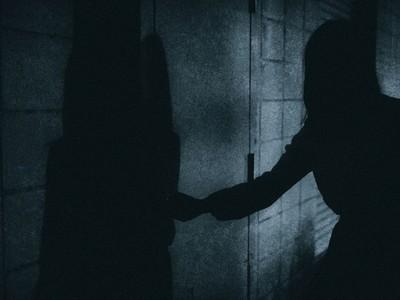 找小姐開房「開到自殺凶宅」!色男過馬路被狠推一把…後面卻沒人