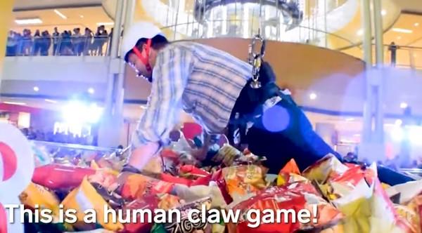 街頭直擊!菲律賓人都這樣「夾娃娃」超新奇?!網友: 其實最愛的還是「這種」!