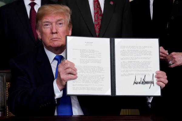 ▲美國總統川普(Donald Trump)簽署備忘錄,準備向中國課徵關稅。(数字/路透社)