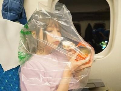 桃乃木「塑膠袋套頭」萌吃肉包 搭新幹線公德心大爆發