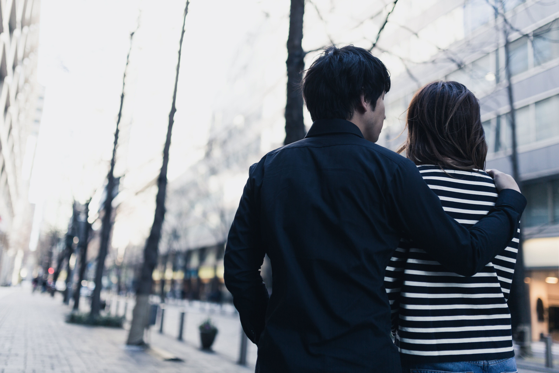 ▲▼曖昧、搭訕、情侶、逛街。(圖/翻攝pakutaso網站)