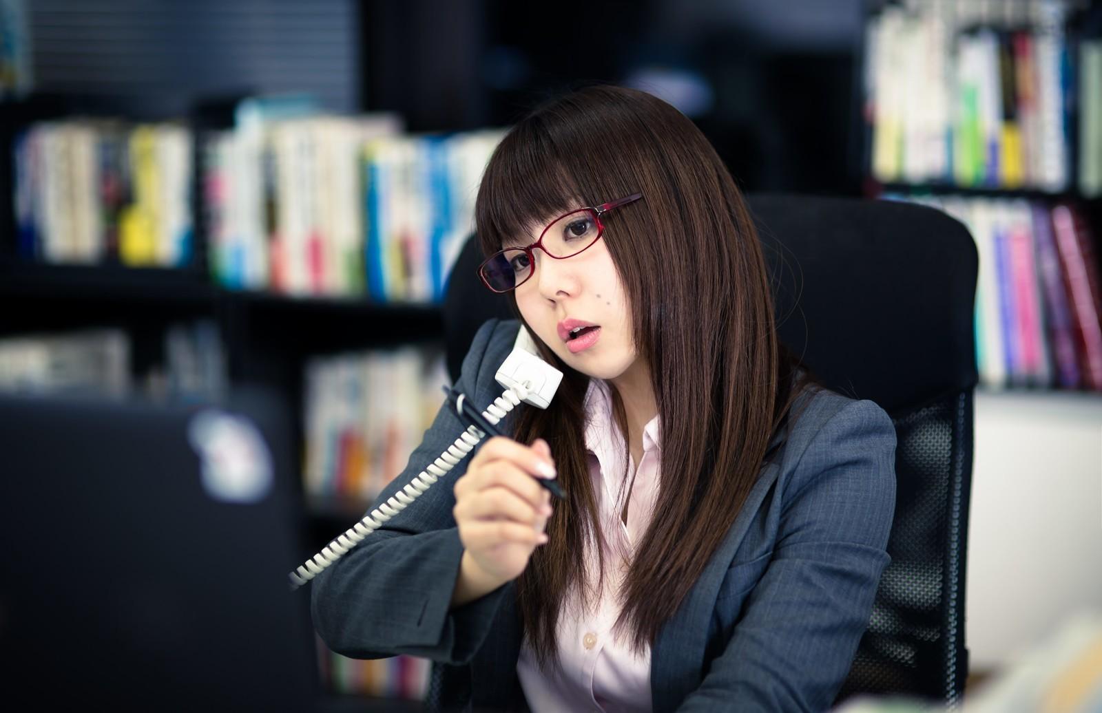 ▲▼工作,上班,打電話,上班族,辦公室,打電話,正妹,眼鏡妹,開會,電話會議,接待,櫃檯小妹(圖/記者莊祐晴攝)