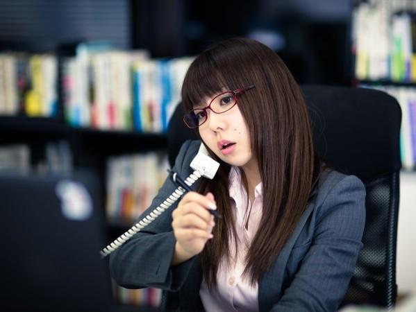 ▲▼工作,上班,打電話,上班族,辦公室,打電話,正妹,眼鏡妹,開會,電話會議,接待,櫃檯小妹(圖/Pakutaso)