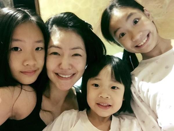 ▲小S和3個女兒感情好。(圖/取自小S臉書)