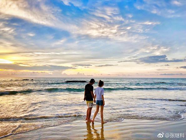 ▲張繼科和景甜在海邊牽手漫步。(圖/翻攝自張繼科微博)