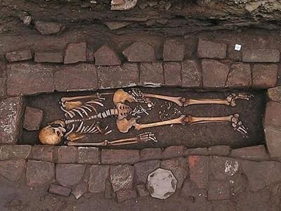埋進墓穴1500年才生子!義大利詭墳...屍體死透把嬰兒推出來