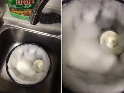 開鍋彈出來!電子鍋用完沒洗放一週,驚喜開箱「整片棉花糖」