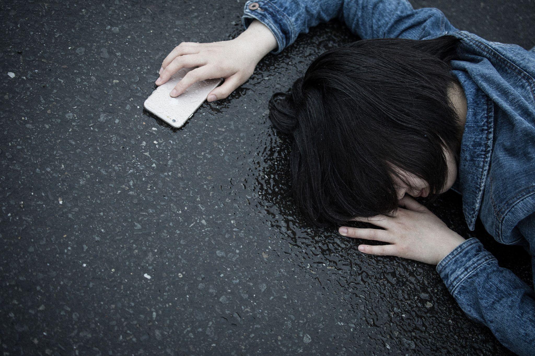 出櫃被爸狠揍譙「沒路用」!高二生交男友被霸凌 推開加害同學割腕再跳樓