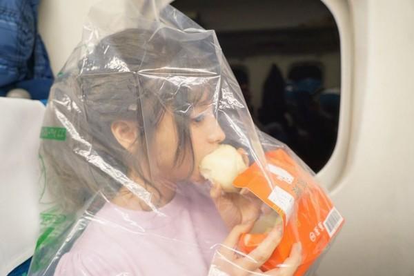 AV女優桃乃木香奈新幹線車廂內嗑肉包,怕口味太重還「戴套」。(圖/翻攝自桃乃木香奈推特)