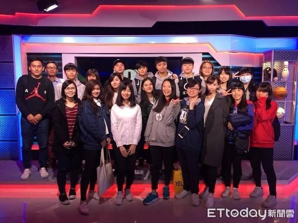 圖十一:運動主播龍帶領學生參訪FOX體育台。(世新大學體育室提供)