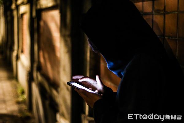 ▲▼手機詐騙,偷情,滑手機,秘密訊息,不法交易。(圖/記者周宸亘攝)