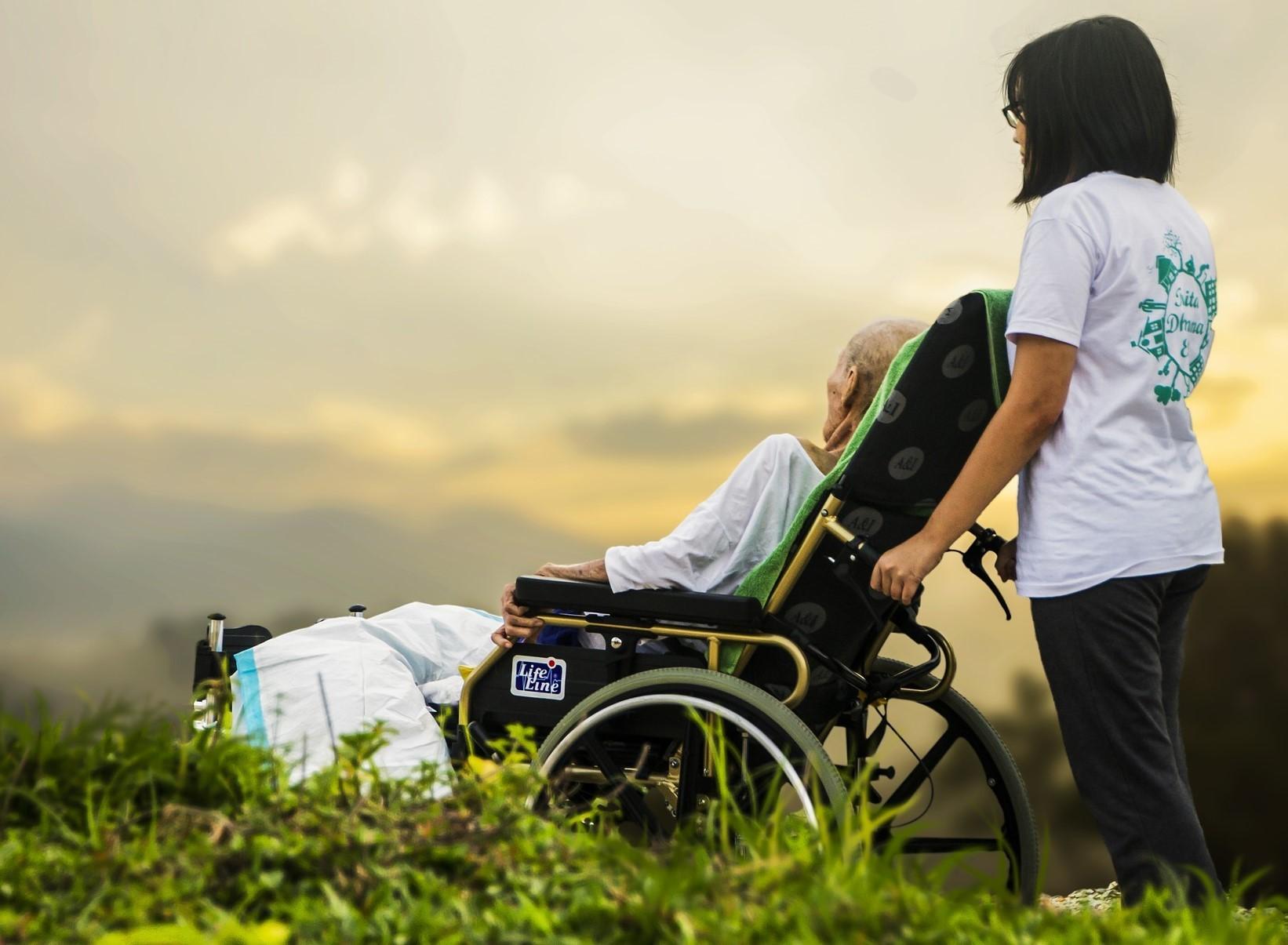 ▲老年,老人,阿公,爺爺,輪椅,生病,復健,照顧,長期照顧,居家照顧。(圖/翻攝自pixabay)