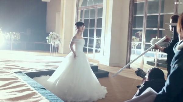 ▲沈月雪白婚紗超夢幻。(圖/翻攝自秒拍)