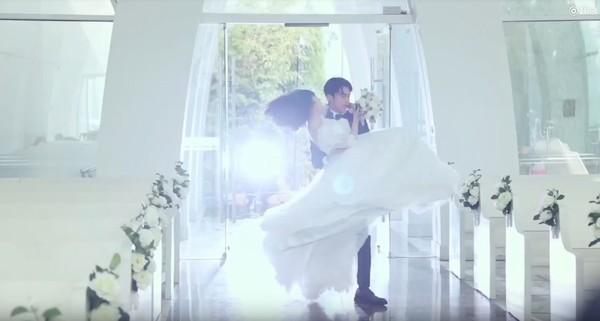 ▲宛若夢幻婚禮,道明寺公主抱杉菜。(圖/翻攝自秒拍)