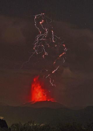 ▲▼日本新燃岳火山於當地時間5日凌晨3時31分噴發。(圖/達志影像/美聯社)