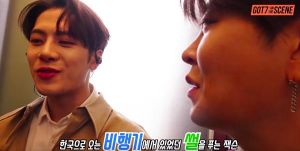 ▲▼王嘉爾曾在影片訪問時提到,自己是在飛往韓國的飛機上化妝。(圖/翻攝自Youtube)