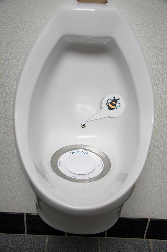 尿尿蒼蠅,蒼蠅貼紙,小便斗,Urinal Fly(圖/Jason Corneveaux CC2.0)