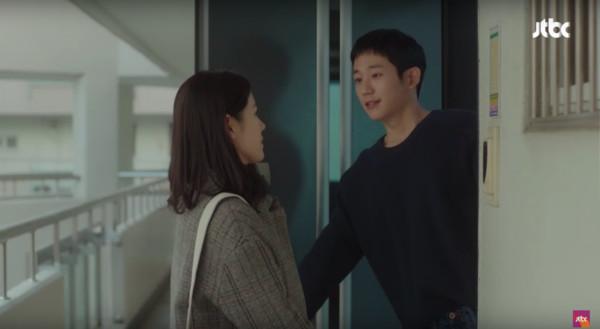 ▲徐俊熙霸氣把尹珍雅拉進家裡。(圖/翻攝自JTBC)