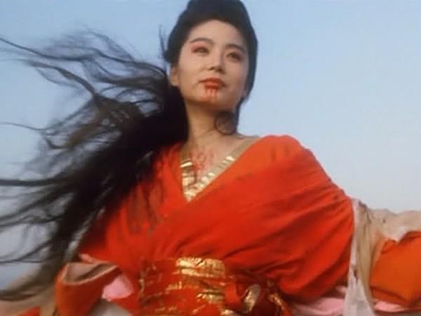 ▲林青霞拍攝《東方不敗》時,最後一幕被令狐沖所殺,她回到飯店倒頭就睡,一早看見血染床單,成了她萌生退意的開端。(圖/取自網路)