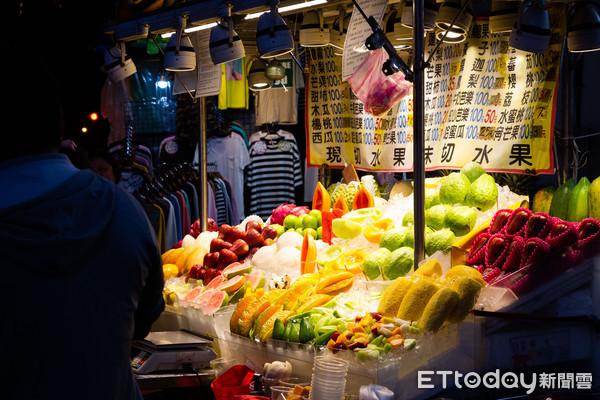 ▲▼鮮切水果,夜市水果,士林夜市,觀光客。(圖/記者季相儒攝)