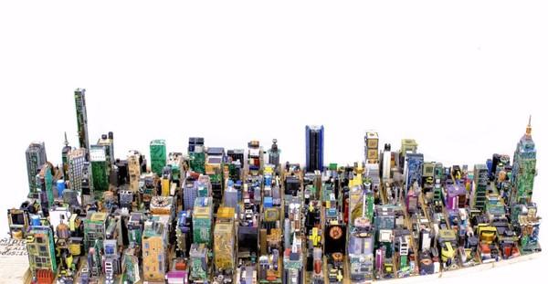 ▲17歲藝術家以廢棄的電子零件打造一座迷你中城模型。(圖/取自推特/Zayd Menk)