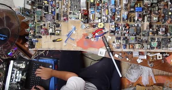 ▲17歲藝術家以廢棄的電子零件打造一座迷你中城模型。(圖/取自YouTube/Zayd Menk)