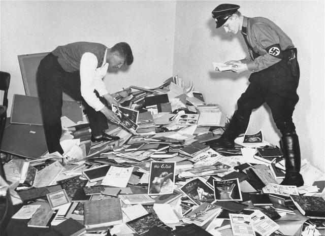 ▲▼納粹掌權之後積極控管言論思想,除了禁書、毀書之外,納粹也不擇手段的偷書、綁架研究人員(圖/Wikipedia)