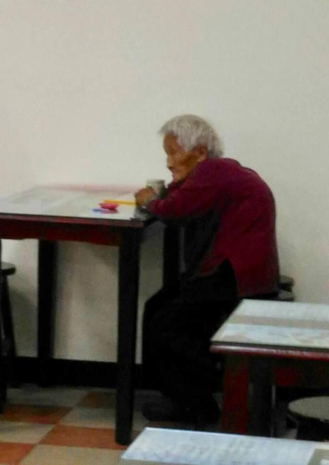 「富豪居」創投公司創辦人李杰開「高雄福田水餃」,販售1元水餃、18元肉燥乾麵,清寒家庭和老人再享5折。一名高齡96歲、撿資源回收為生的老婆婆,只花5元就吃到10顆水餃,讓外界大讚店家超暖。(圖/翻攝「高雄福田水餃」粉絲團)